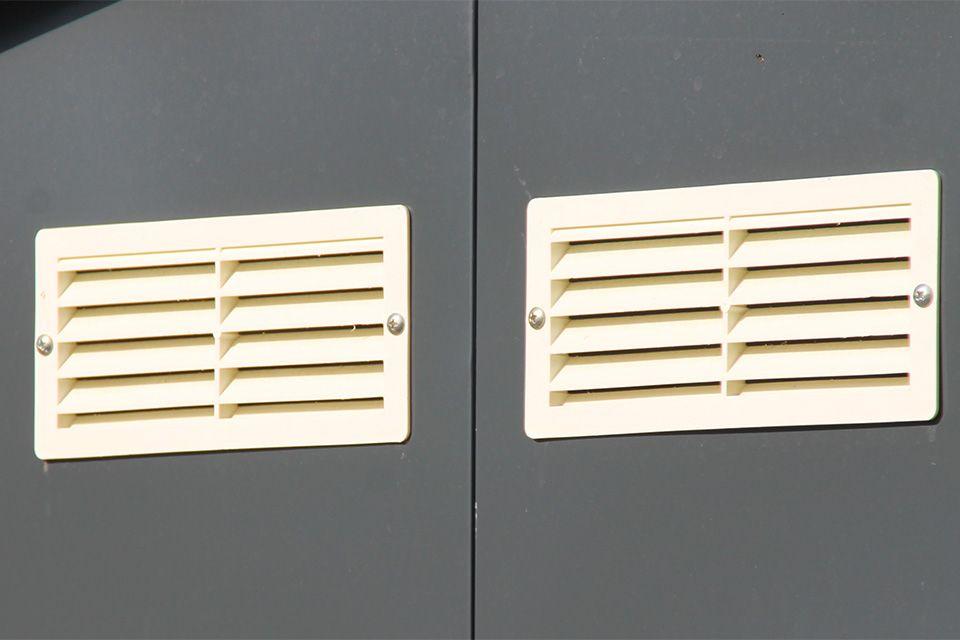 Entlüftungsgitter für gute Luftzirkulation.