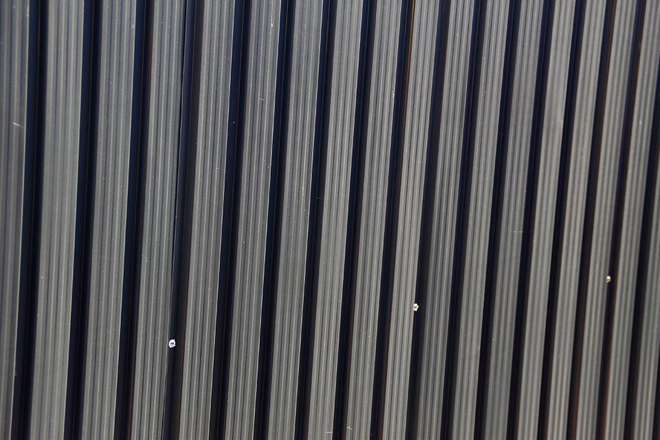 Metalen wand van geprofileerd staal voor een extra sterke constructie.